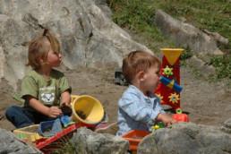 Kinder beim spielen im Plattenbödeli