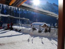 Plattenbödeli Balkon mit Schnee bedeckt